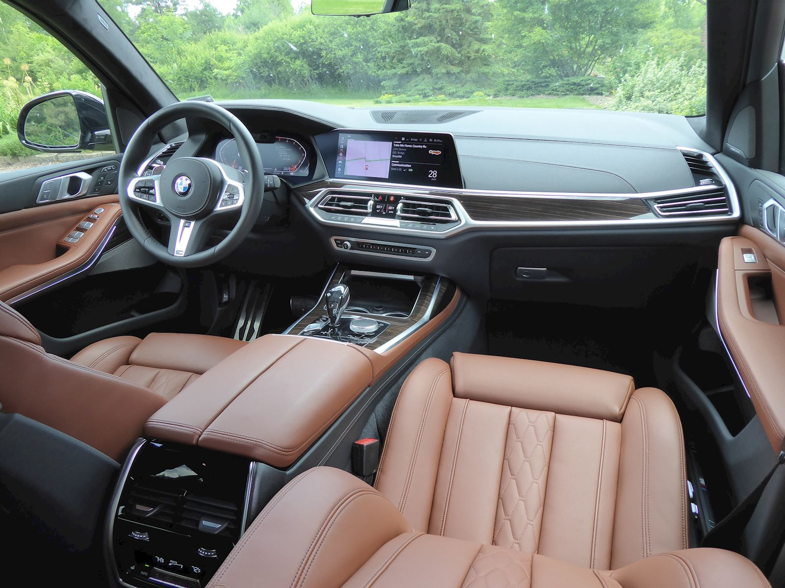 BMW X7 dashboard + front row seats photo