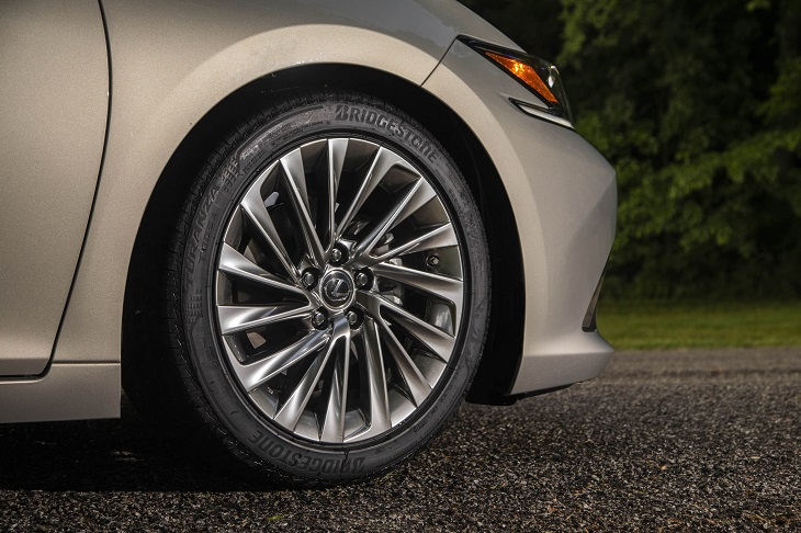 2019 Lexus ES 300h wheel photo