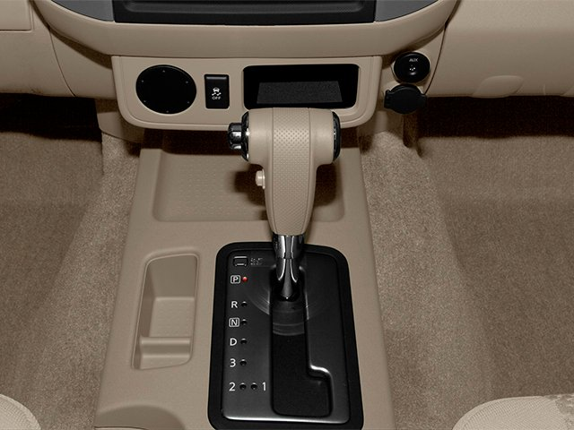 2014 Nissan Frontier Pictures Frontier King Cab SV 2WD photos center console
