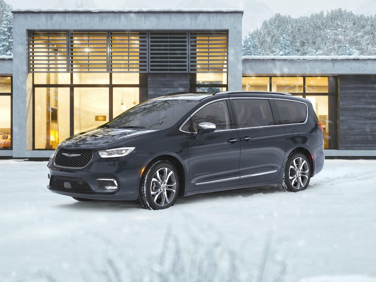 2021 Chrysler Pacifica Pinnacle Front Quarter View