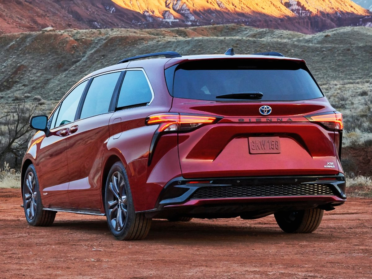 2021 Toyota Sienna XSE Red Rear Quarter View