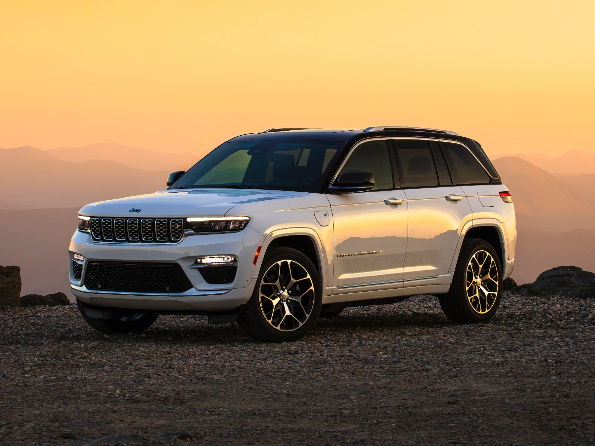 2022 Jeep Grand Cherokee Summit Reserve 4xe White Front Quarter View